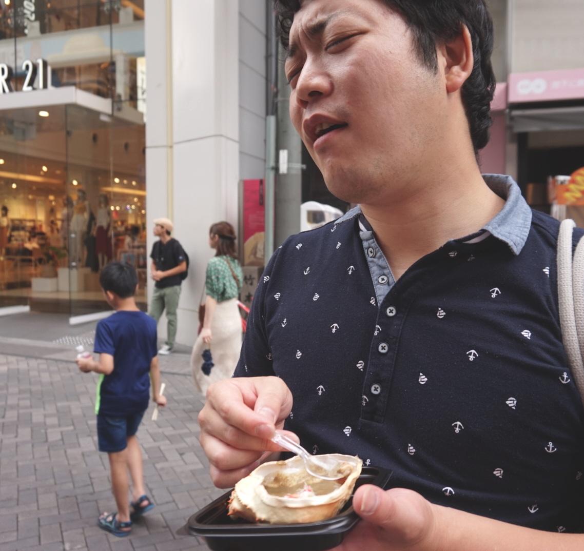 カニ味噌を食べて感動する人