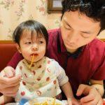 パスタを一生懸命あげる父と食べる娘